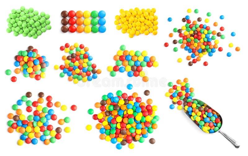 Ställ in med färgrika söta godisar på vit bakgrund royaltyfria bilder