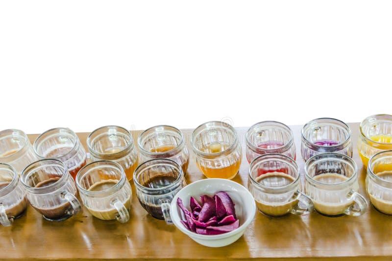Ställ in med olikt te på vit bakgrund som isoleras arkivfoton