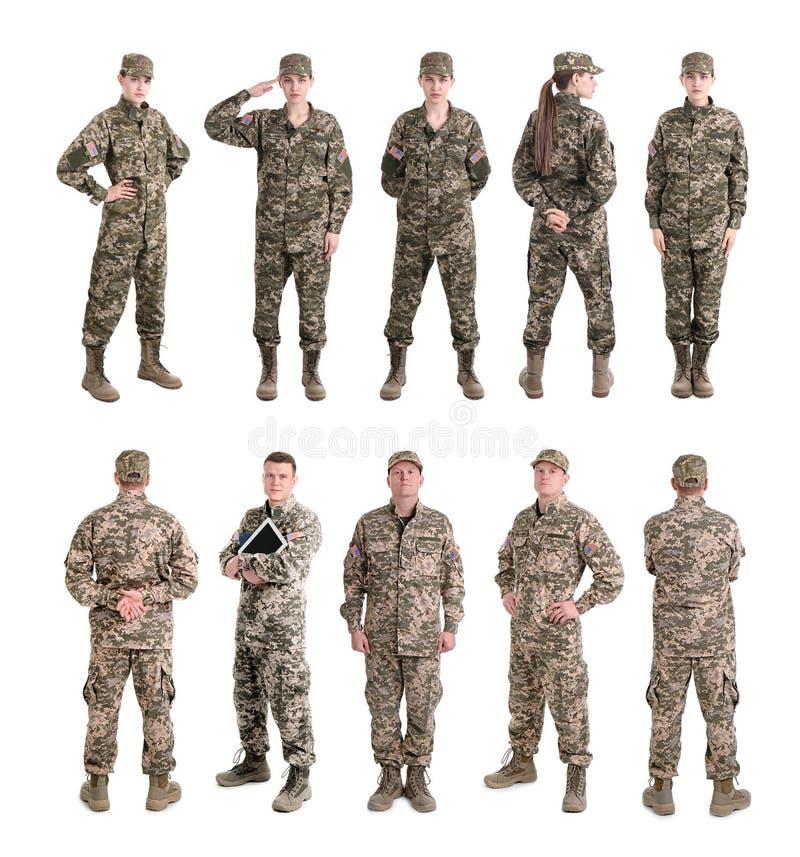 Ställ in med soldater på vit bakgrund royaltyfri fotografi