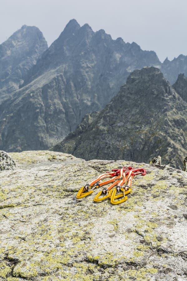 Ställ in quickdraw (extender) med berg i bakgrunden arkivbilder