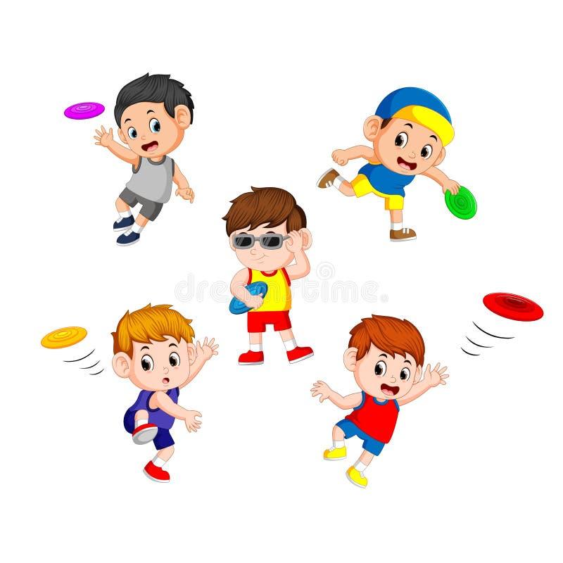 Ställ in samlingen av gulliga små barn som spelar med frisbeen stock illustrationer