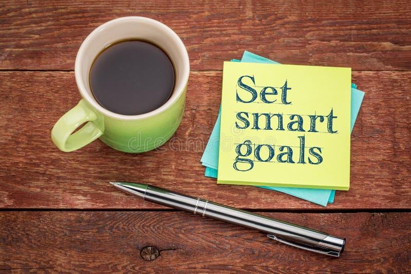 Ställ in smarta mål - klibbigt anmärkningsbegrepp royaltyfri bild