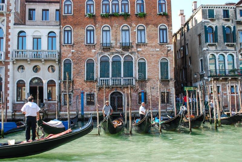 Ställ upp av gondoler som är klara att gå, Venedig, Italien arkivfoto