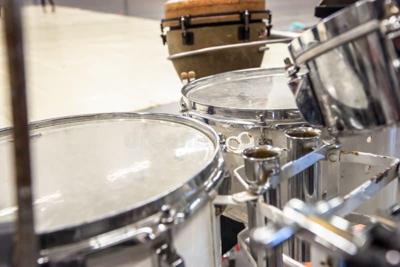 Ställa in med olika rytmett slagverksinstrument på en ställning arkivfoto