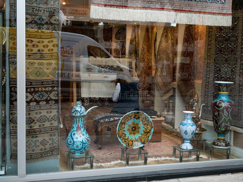 Ställa ut av den Istanbul presentaffären med autentiska handgjorda mattor, porslinvaser och plattor fotografering för bildbyråer