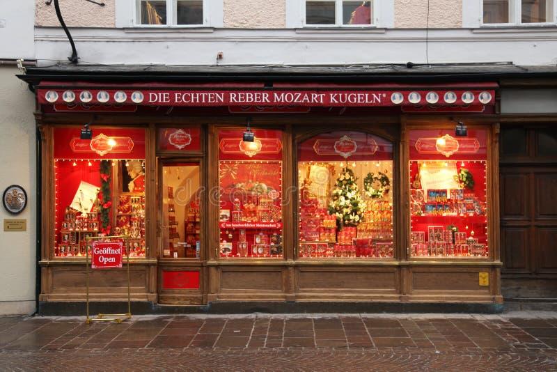 Ställa ut av den Mozartkugeln godisen shoppar i Salzburg, Österrike arkivfoton