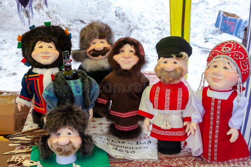 Ställa ut med souvenirstänger för alkohol i form av dockor i nationella dräkter fotografering för bildbyråer