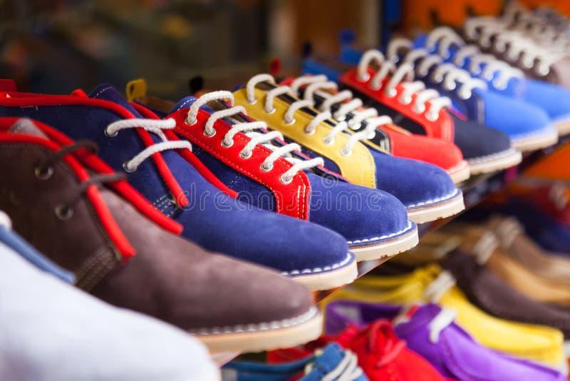 Ställa ut med tillfälliga skor arkivbild