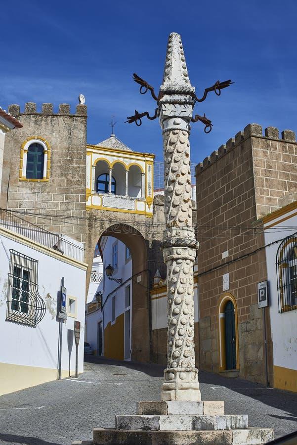 Ställa vid skampålen i den Largo de Santa Clara fyrkanten elvas portugal arkivbild