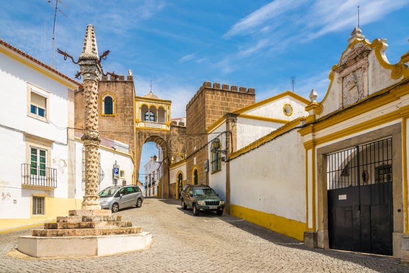 Ställa vid skampålen och bågen av Santa Clara i den Elvas staden - Portugal arkivbild