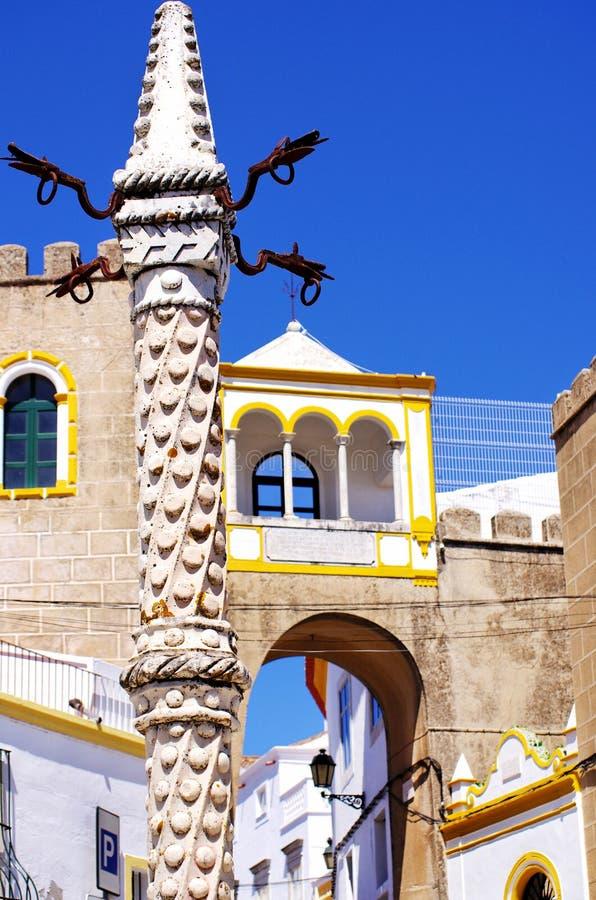 Ställa vid skampålen på Largo de Santa Clara, Elvas arkivbilder