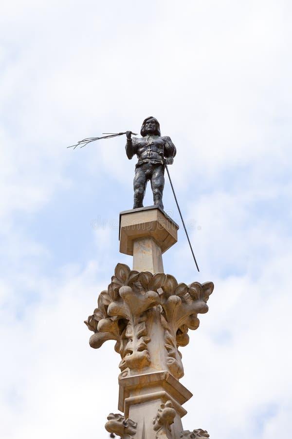 Ställa vid skampålen statyn av den medeltida bödeln på en hög kolonn, marknadsfyrkanten, Wroclaw, Polen royaltyfri fotografi