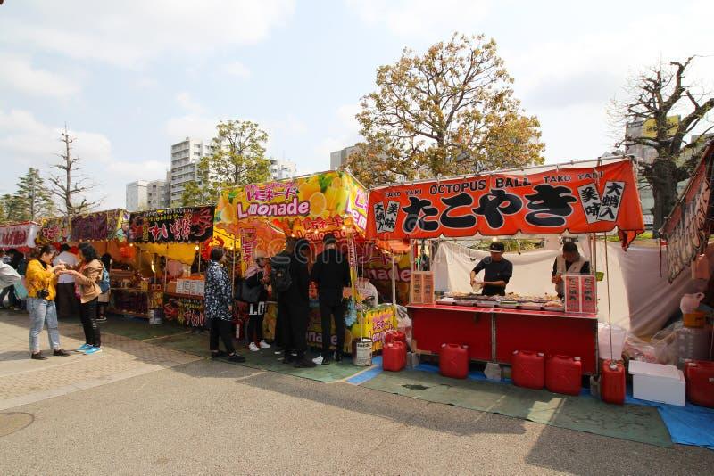 Ställe, die Erfrischungen und Nahrung in Asakusa, Tokyo, Japan während der Kirschblütenjahreszeit verkaufen lizenzfreies stockbild