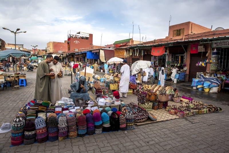 Ställe, die verschiedene Waren einschließlich Hüte und Körbe im Marrakesch Medina in Marokko verkaufen stockfotografie