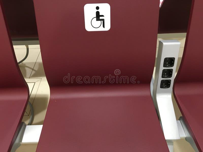 Ställe för ogiltigt platser för handikappade personer, stolar i korridoren för specialt folk royaltyfri foto