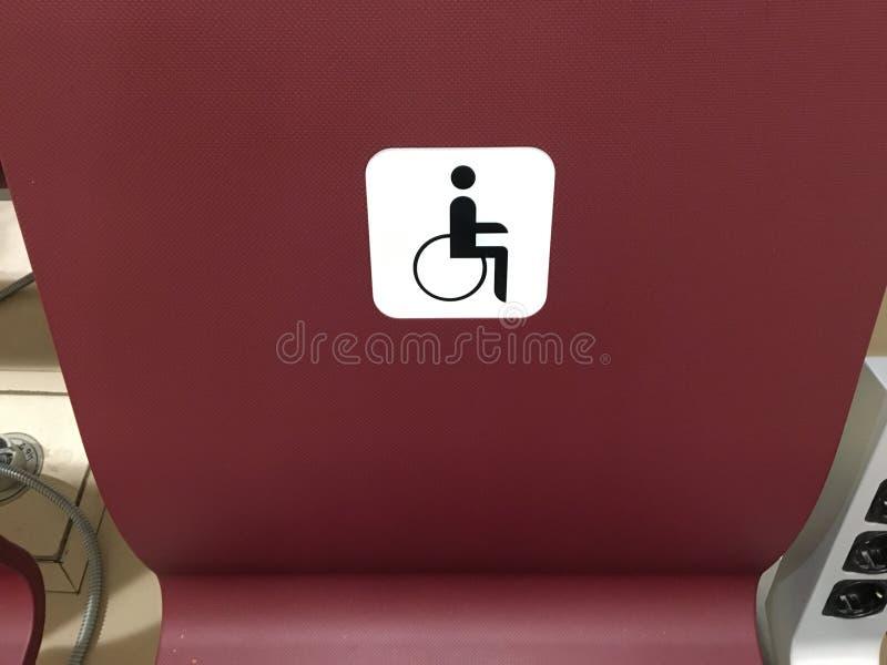 Ställe för ogiltigt platser för handikappade personer, stolar i korridoren för specialt folk arkivbild