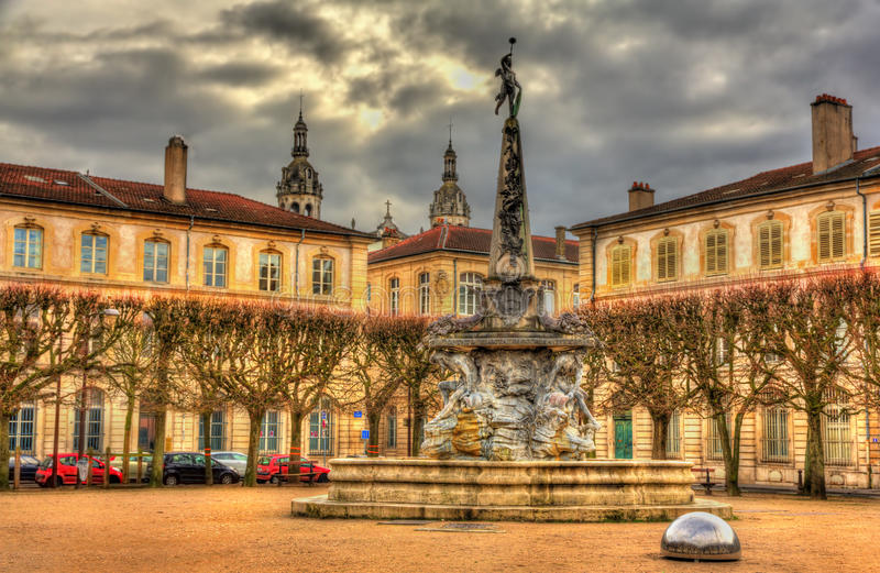Ställed'Alliance med springbrunnen - Nancy royaltyfri foto