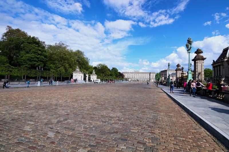 Ställedes Palais är den forntida avenyn mellan Royal Palace Palais de Bruxelles, och Bryssel parkerar Parc de Bruxelles royaltyfria bilder