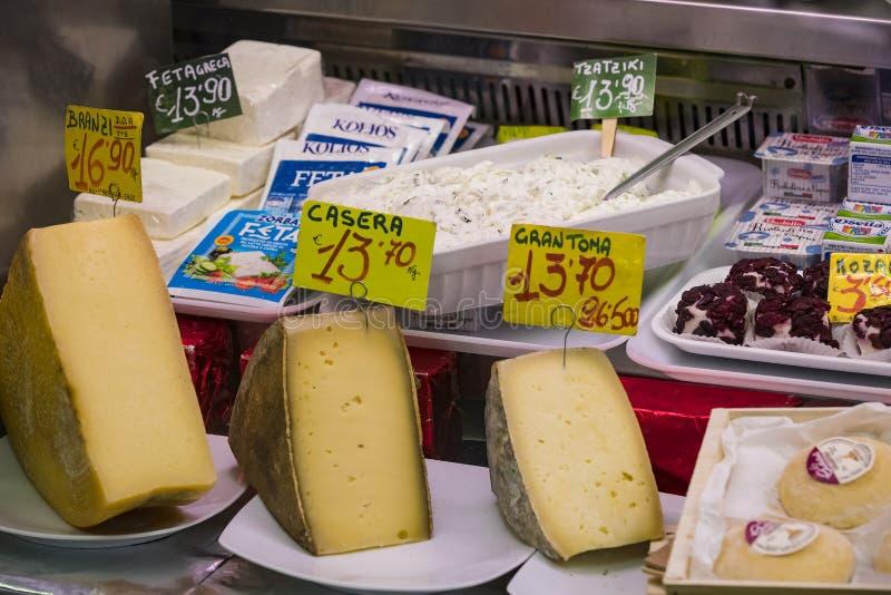 Ställer ut och bordlägger av Wagner Market i Milan med många med sortimentet av ostar, kött, grönsaker och skaldjur arkivbild