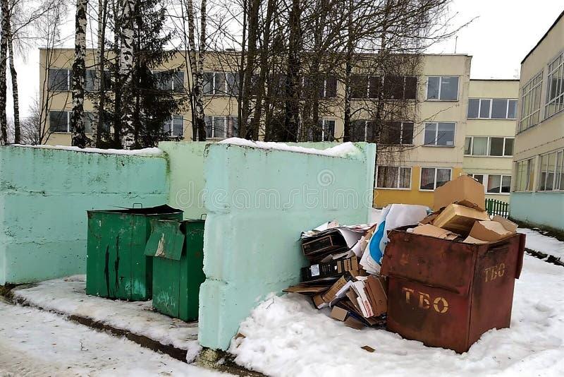 Stället för att samla avskräde, metallbehållare mot bakgrunden av byggnaden, separat samlande avfalls, ekologi, seger royaltyfri foto