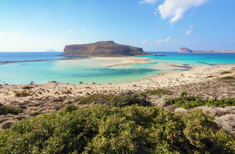 Stället för turister vilar den Balos lagun, kust av Kretaön, Grekland Ionian, Aegean och libyska hav Landskap av den soliga somma royaltyfria foton