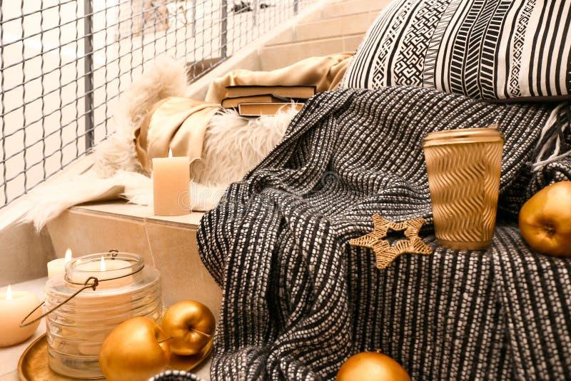 Stället för vilar med brinnande stearinljus och den guld- dekoren på trappa royaltyfri bild