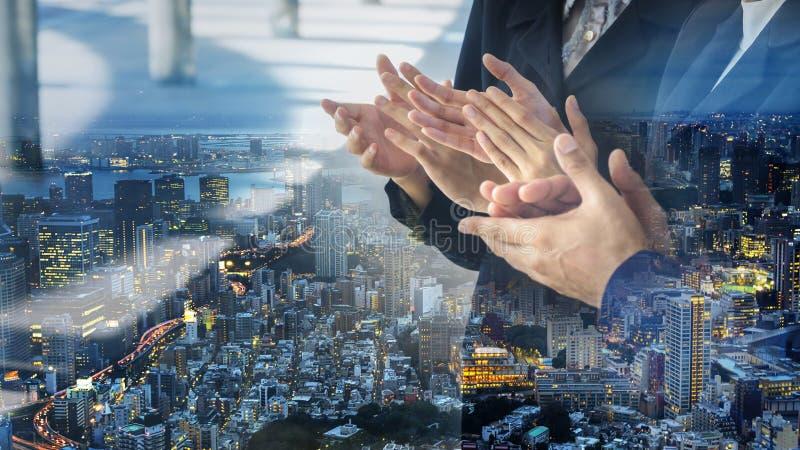 Ställingen som applåderar handen av folk i affärsfölje med overl royaltyfria bilder