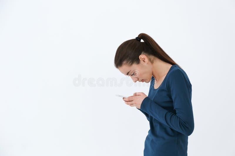 Ställingsbegrepp Ung kvinna som använder smartphonen fotografering för bildbyråer