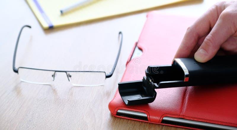 Ställning för fall för minnestavladator röd för minnestavla en stor tillbehör En detaljerad anteckningsbok och exponeringsglas Fö arkivbilder