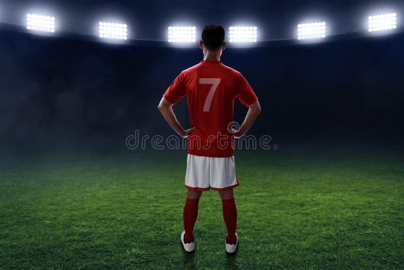 Ställning för fotbollspelare på fältet royaltyfri foto