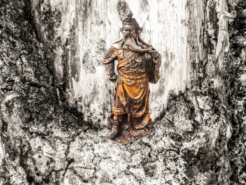 Ställning för gudkrigarekejsare på och heartwoodbakgrund arkivbilder