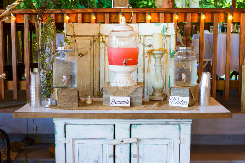 Ställning för lemonad för bröllopmottagande rosa arkivfoto