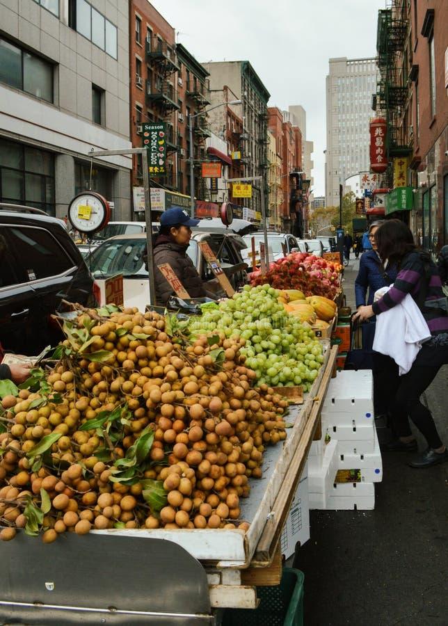 Ställning för ny frukt i kineskvarteret NYC royaltyfri fotografi