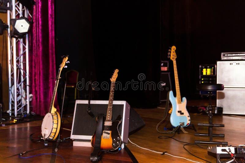 Ställning för tre gitarrer på golvet arkivfoton