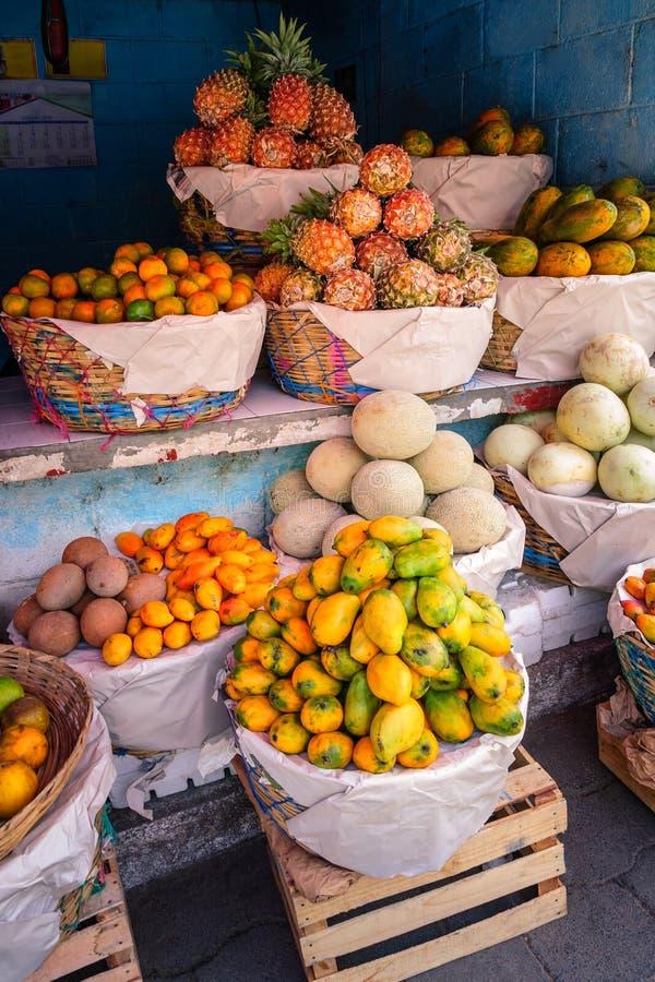 Ställning för tropisk frukt i San Juan La Laguna, Guatemala royaltyfria foton