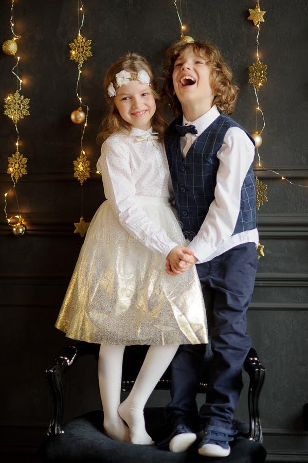 Ställning för två charmig barn som har sammanfogat händer arkivbilder
