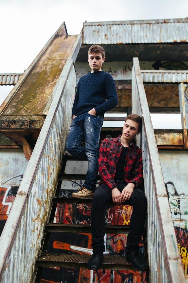Ställning för två grabbar i en övergiven byggnad arkivbild