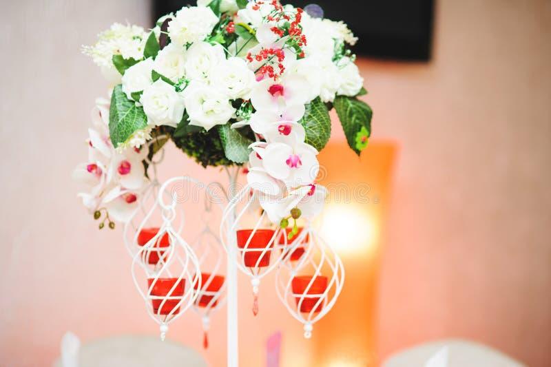 Ställning med blommor och stearinljus royaltyfria bilder