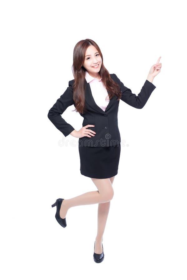 Ställningar för affärskvinna som pekar något royaltyfri bild