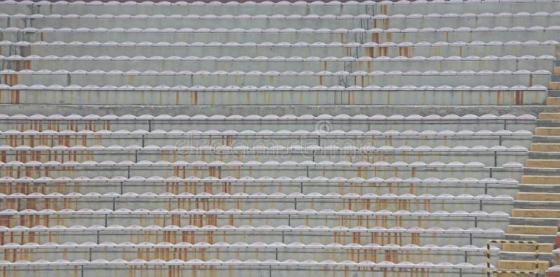 Ställningar och blekarna utan folk på stadion arkivfoton