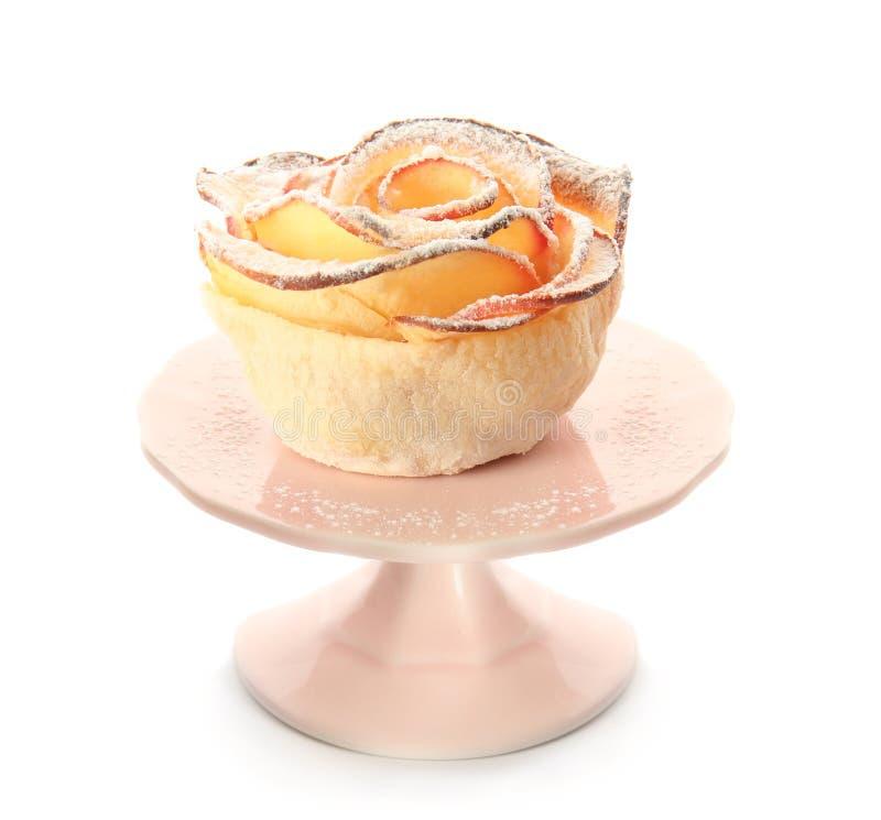 Ställningen med det smakliga äpplet steg från smördeg på vit bakgrund royaltyfria bilder