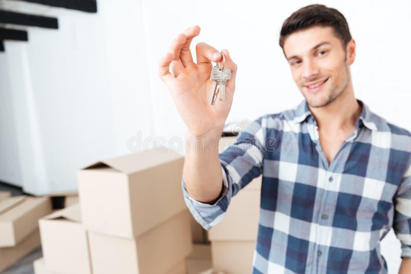 Stämmer den rörande visningen för lycklig man i hans nya lägenhet arkivbild