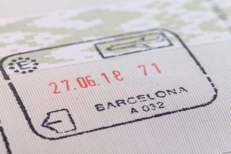 Stämpel av Barcelona flygplatsegenar på ankomst i passet royaltyfria foton