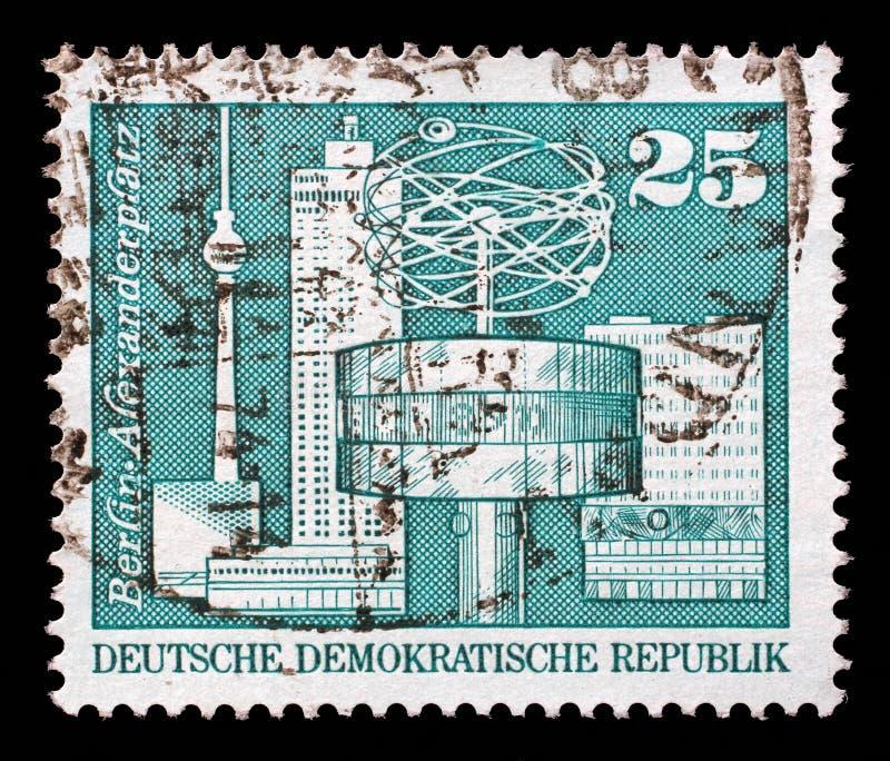 Stämpel som skrivs ut i klockan för GDR-showvärld, Alexander Square, Berlin fotografering för bildbyråer