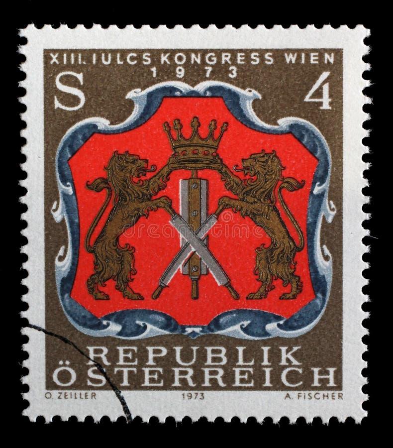 Stämpeln som skrivs ut i Österrike, visar armar av wienska garvare royaltyfria bilder