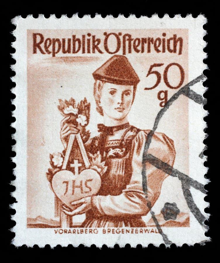 Stämpeln som skrivs ut i Österrike, visar en kvinna från Vorarlberg Bregenzerwald arkivfoto