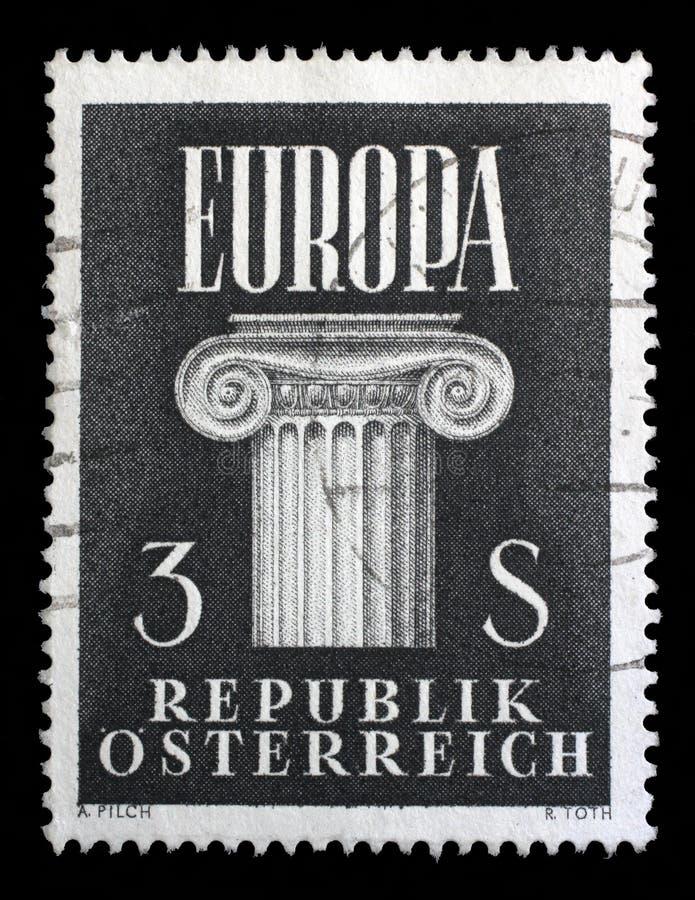 Stämpeln som skrivs ut i Österrike, visar jonisk huvudstad, idé av en eniga Europa arkivbilder