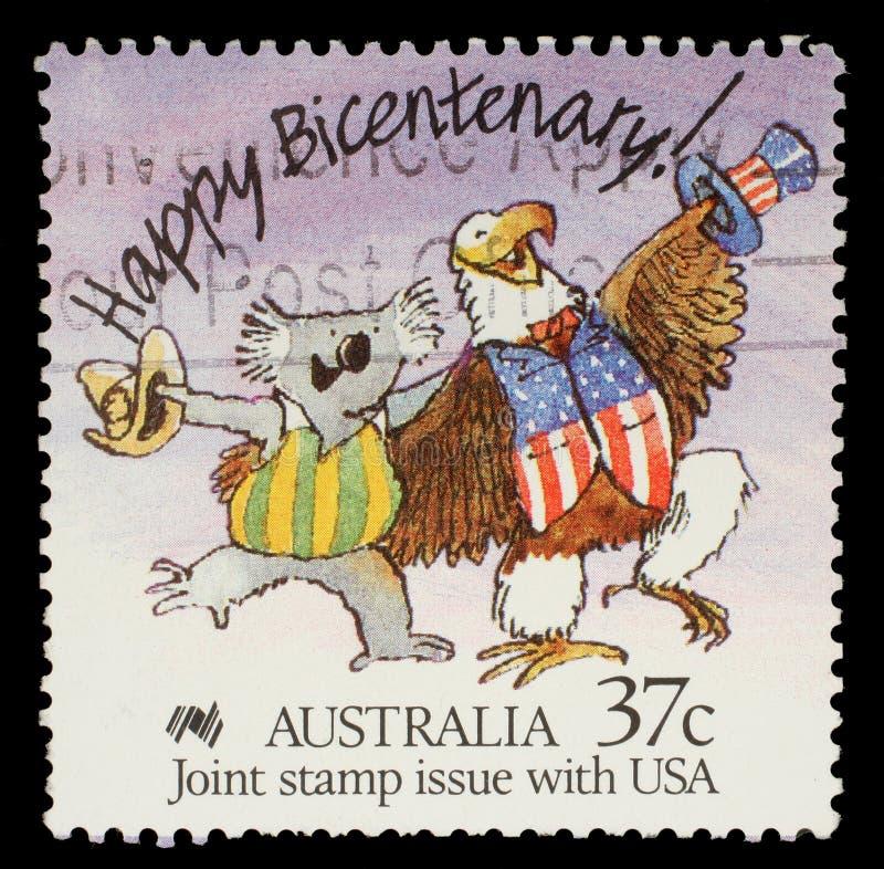 Stämpeln som skrivs ut i Australien, visar lycklig tvåhundraårsdag! Karikatyr av den australiska koalan och amerikanska skalliga  arkivfoto
