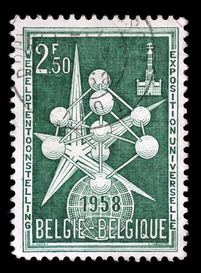 Stämpeln som skrivs ut i Belgien, visar atomen och utläggningen Emblem, mässa för 1958 världar fotografering för bildbyråer