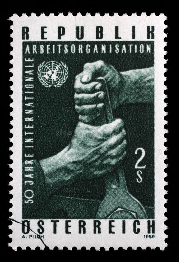Stämpeln som skrivs ut i de Österrike showerna, räcker innehavskiftnyckeln och FN-emblemet royaltyfri bild